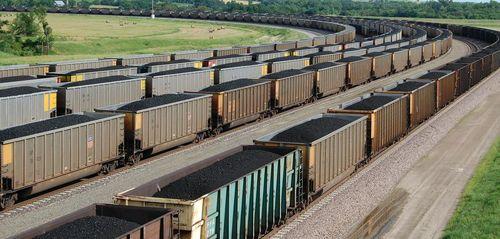 Treinwagons met steenkool