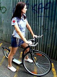 Meisje op kickbike