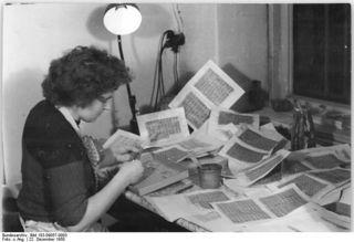Bundesarchiv_Bild_183-09057-0003,_Berlin,_Abrechnung_von_Lebensmittelmarken_in_einem_Konsum