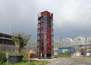 Convectoren toren op terrein met palm