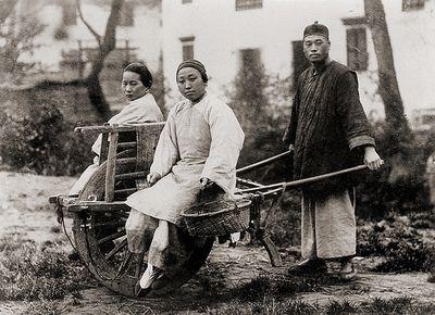 Twee vrouwen op een chinese kruiwagen