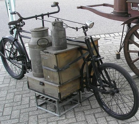 Antieke vrachtfiets van melkboer