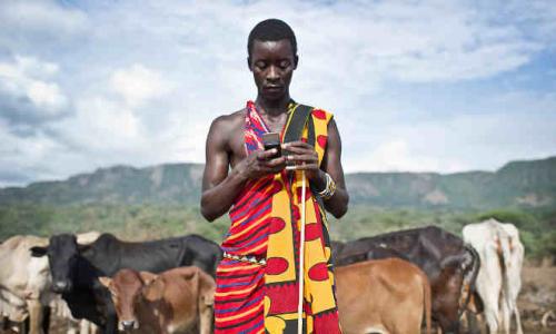 Afrikaan met mobiele telefoon