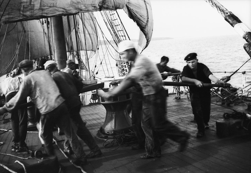 Parma_-_crew_at_the_capstan _weighing_anchor